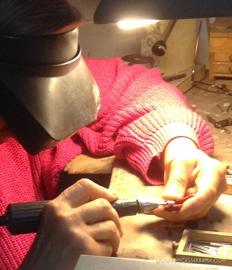 Anne Marie Odier en train de polir le corail