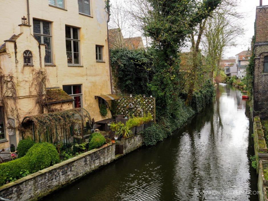 Canaux de Bruges avec jardin
