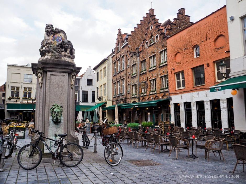 Une place à Bruges