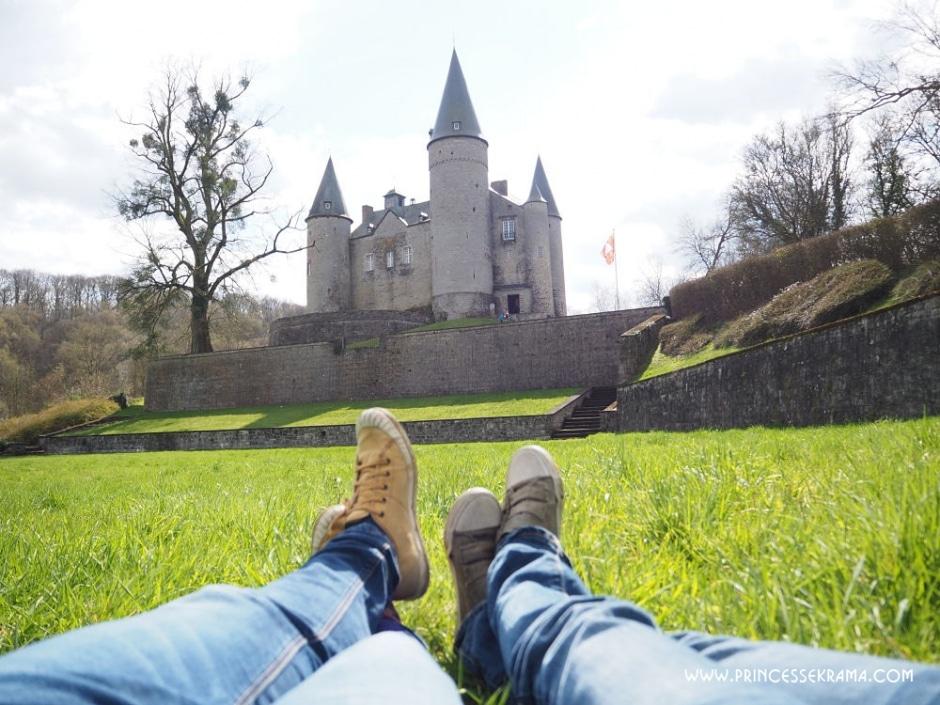 Vue sur le Château de Vêves