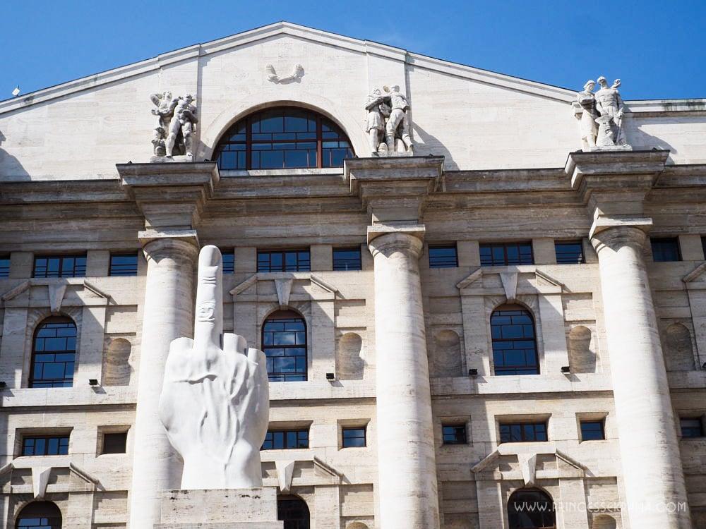 Que faire à Milan ? Voir le Doigt de Maurizio Cattelan