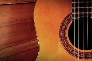 10 accessoires de guitare acoustique essentiels pour les débutants